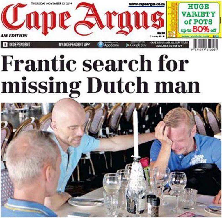 De partner van de vermiste Nederlander in tranen in een Kaaps restaurant waar hij gesteund wordt door twee vrienden. Beeld Cape Argus