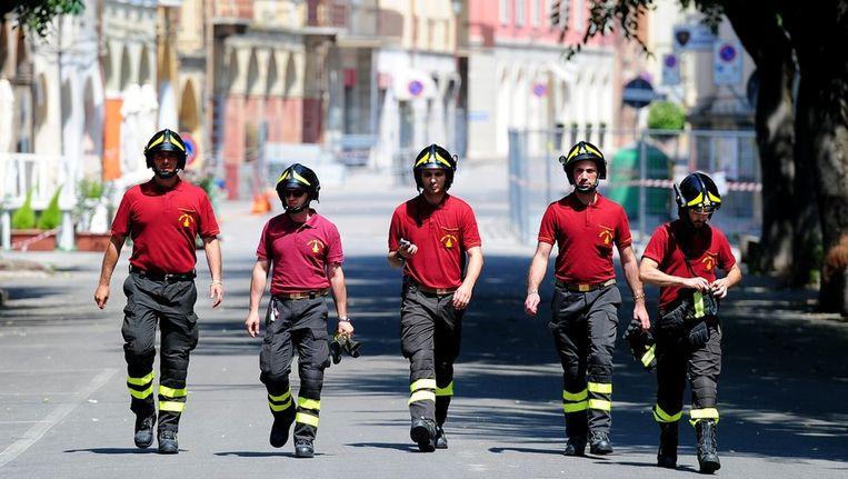 Reddingswerkers in de Italiaanse plaats Mirandola. Beeld AFP