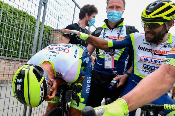 Taco van der Hoorn wordt gefeliciteerd door ploegmaat Andrea Pasqualon.