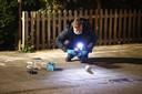 Een technisch rechercheur doet onderzoek na de poging tot brandstichting aan de Alm, waar de vader van Dinkelberg woont.