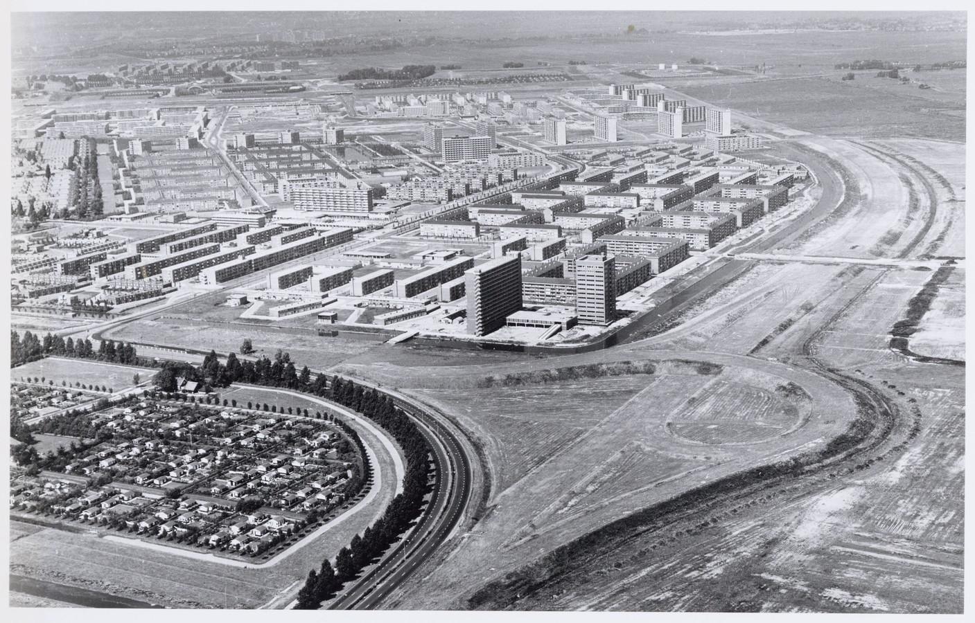 Luchtfoto naar het westen van Nieuwendam, met links volkstuincomplex Wijkergouw. Op de achtergrond omgeving IJdoornlaan, Hilversumstraat en Markengouw. Rechts de Ringweg-Noord in aanleg.
