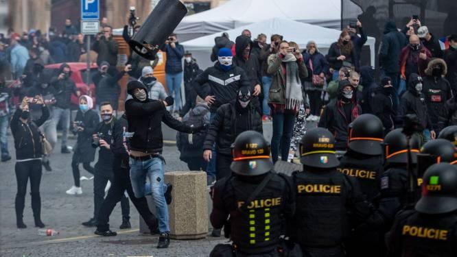 """""""Wij zijn mensen, geen schapen"""": protest tegen coronamaatregelen in Praag ontaardt in veldslag"""