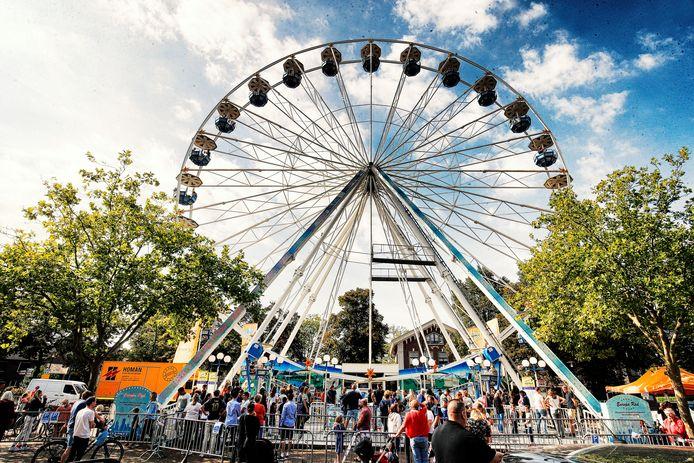 Het gratis reuzenrad te Breukelen , georganiseerd door de Oranjevereniging .