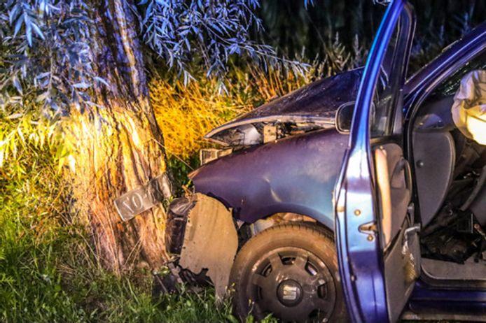 De auto liep schade op door het ongeluk in Lunteren.
