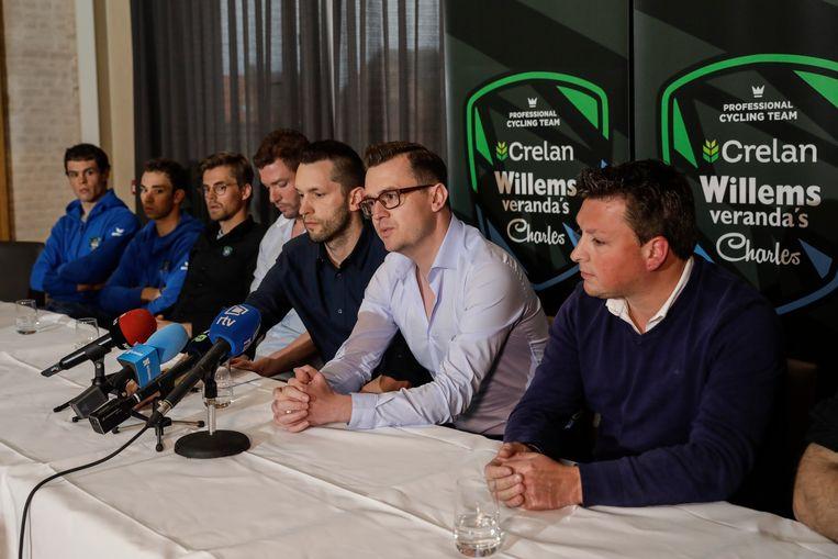 Van links naar rechts: renners Stijn Steels en Sean De Bie, performance coach Kristof De Kegel, ploegleider Michiel Elijzen, perschef Ward Callens en teammanager Nick Nuyens. Beeld BELGA