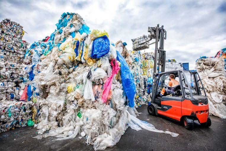 De enorme berg afval bij afvalhandelaar Kras in Volendam, dat de afzetmarkt in China zag wegvallen. Beeld Raymond Rutting / de Volkskrant