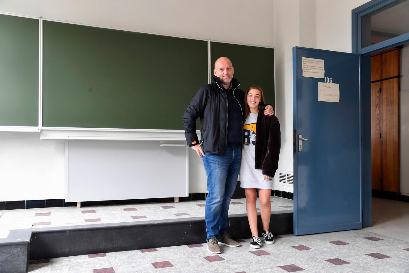 Oud-leerling Ben Maes toont dochter Amber waar hij midden jaren tachtig school liep en op internaat zat.
