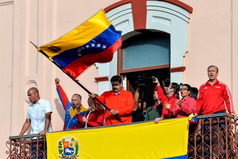 ► Nicolás Maduro op het bordes van het presidentieel paleis. Hij heeft nog de steun van het leger en paramilitaire groepen die zijn voorganger Hugo Chávez in het leven riep. Beeld AFP