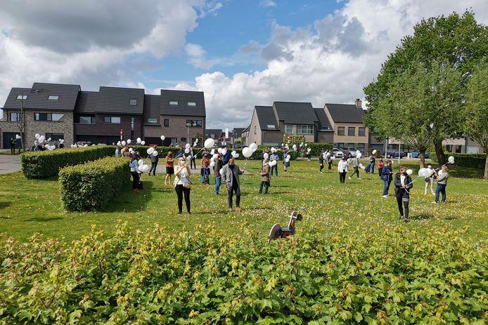 Op het pleintje in de Bankwegelhof verzamelden collega's van het GTI met witte ballonnen.