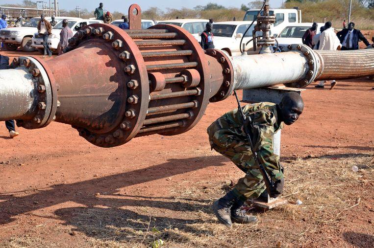 Een bewapende beveiliger bij een olieveld in Zuid-Soedan. De verzekeraars Aegon, Allianz, NN Groep en VGZ hebben via hun beleggingen te maken met een Chinees oliebedrijf dat in Zuid-Soedan actief is. Beeld REUTERS