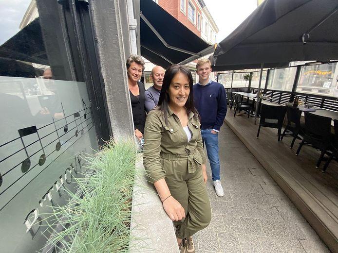 We zien (vlnr) zaakvoerster Sarah Goeminne (40), haar vriend Rik Messiaen (53), vooraan vaste kracht Gabsi Khadija (44), die ook afscheid neemt zodra B'thoven is overgenomen, en de zoon van Sarah: Henri Rabaut (18). Archiefbeeld