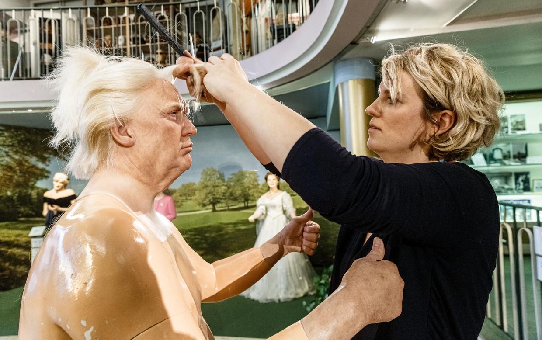 Een hairstyliste fatsoeneert het kapsel van Donald Trump in de wassenbeeldenafdeling van het Panoptikum in Hamburg. Beeld Markus Scholz/dpa