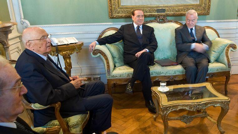 De Italiaanse president Napolitano (tweede van links) in augustus 2011 in bespreking met toenmalig premier Berlusconi (op de bank links). Beeld REUTERS