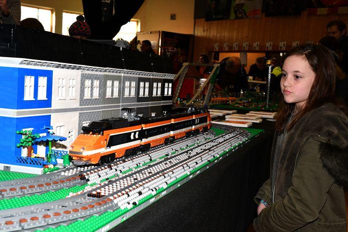 Margaux (11) uit Wingene nam een kijkje bij een Lego-maquette van een trein.
