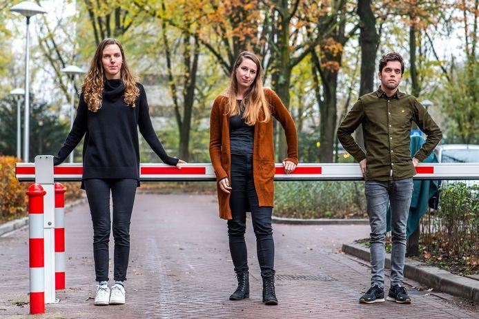 Bewoonster Fleur Bloemer (midden), samen met bewoners Eline Kolijn (links) en Arnoud van Kooten, op het Rachmaninoffplantsoen in de wijk Welgelegen.