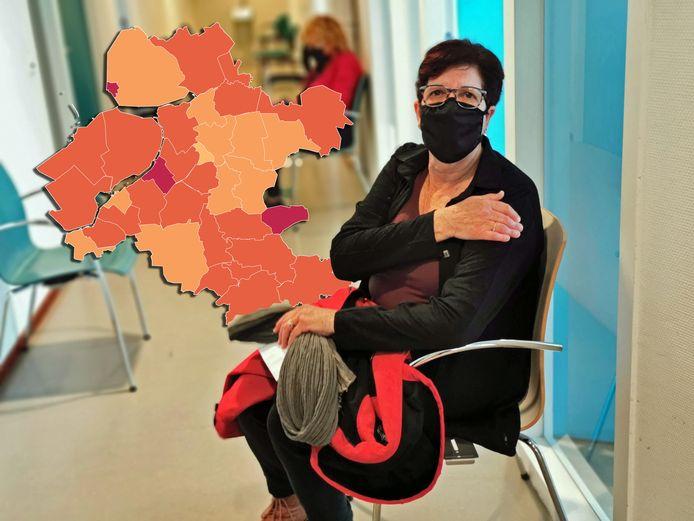 Een gevaccineerde vrouw moet na de prik nog heel even in de wachtruimte blijven zitten, voordat ze weer naar huis kan.