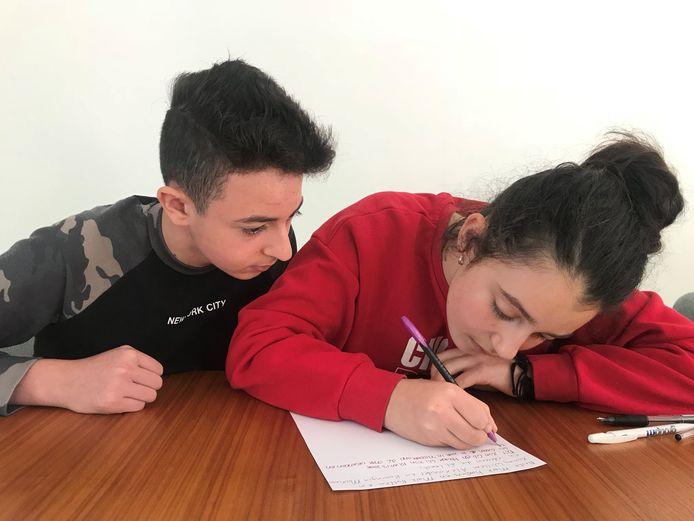 De Armeense kinderen Lily en Howick schrijven een (handgeschreven) afscheidsbrief aan Nederland.