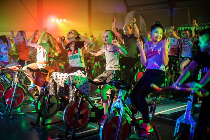 Tientallen kinderen in actie tijdens de spinningmarathon in sporthal de Wielepet in Monster.