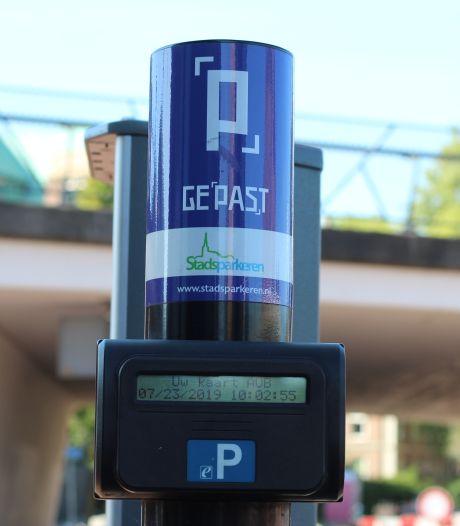 Betalen bij elektrische laadpunten in centrum Helmond moet laadpaalkleven tegengaan