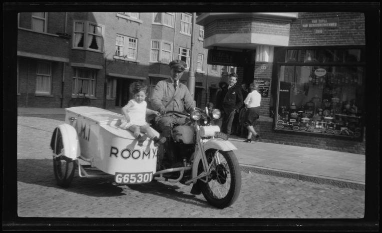 Motor met zijspan van VAMI-roomijs op de Van Tuyll van Serooskerkenweg ter hoogte van nummer 17 bij de Agamemnonstraat. Beeld Stadsarchief Amsterdam