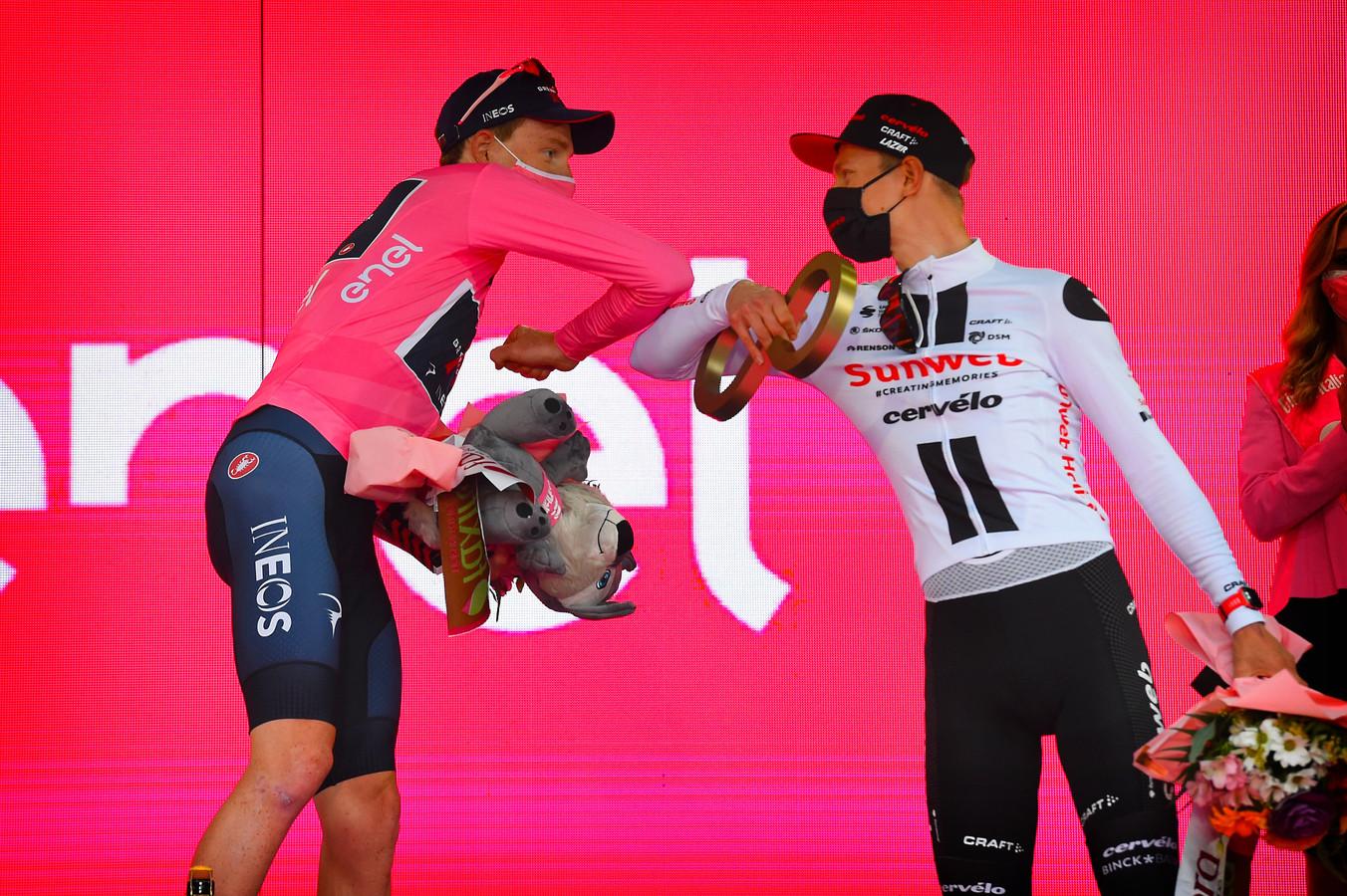 Wilco Kelderman feliciteert Giro-winnaar Tao Geoghegan Hart.
