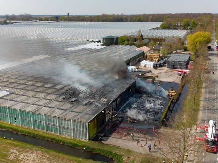Een grote brand bij Kwekerij Baas in Ens heeft woensdagmiddag een deel van een grote schuur in de as gelegd.