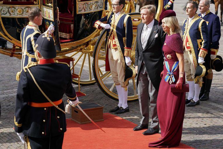 Koning Willem-Alexander en koningin Máxima komen op Prinsjesdag aan bij de Ridderzaal waar de koning de troonrede zal voorlezen aan leden van de Eerste en Tweede Kamer.