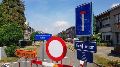 """Bewoner verduidelijkt verkeersbord: """"Ook voor BMW, Audi, Mercedes, domme blondjes en pizzakoeriers"""""""