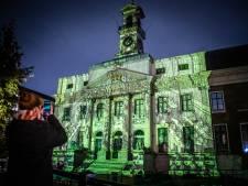 Sprookjesachtig dwaalspoor van licht door historische binnenstad van Dordrecht