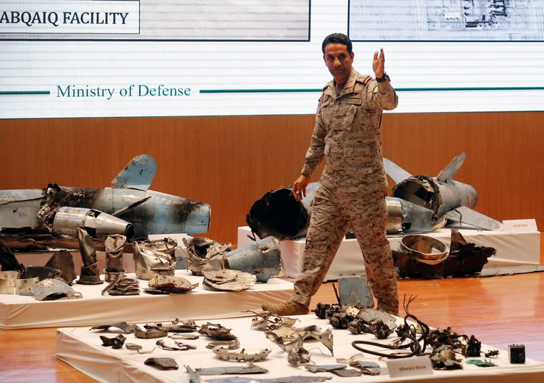 """Saudisch woordvoerder kolonel Turki al-Malki bij de persconferentie. """"De aanval werd vanuit het noorden gelanceerd en werd ontegensprekelijk ondersteund door Iran"""", zei hij."""