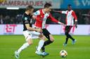 AZ-speler Fredrik Midtsjo zit Feyenoorder Steven Berghuis op de hielen tijdens het duel in Rotterdam vorig seizoen.