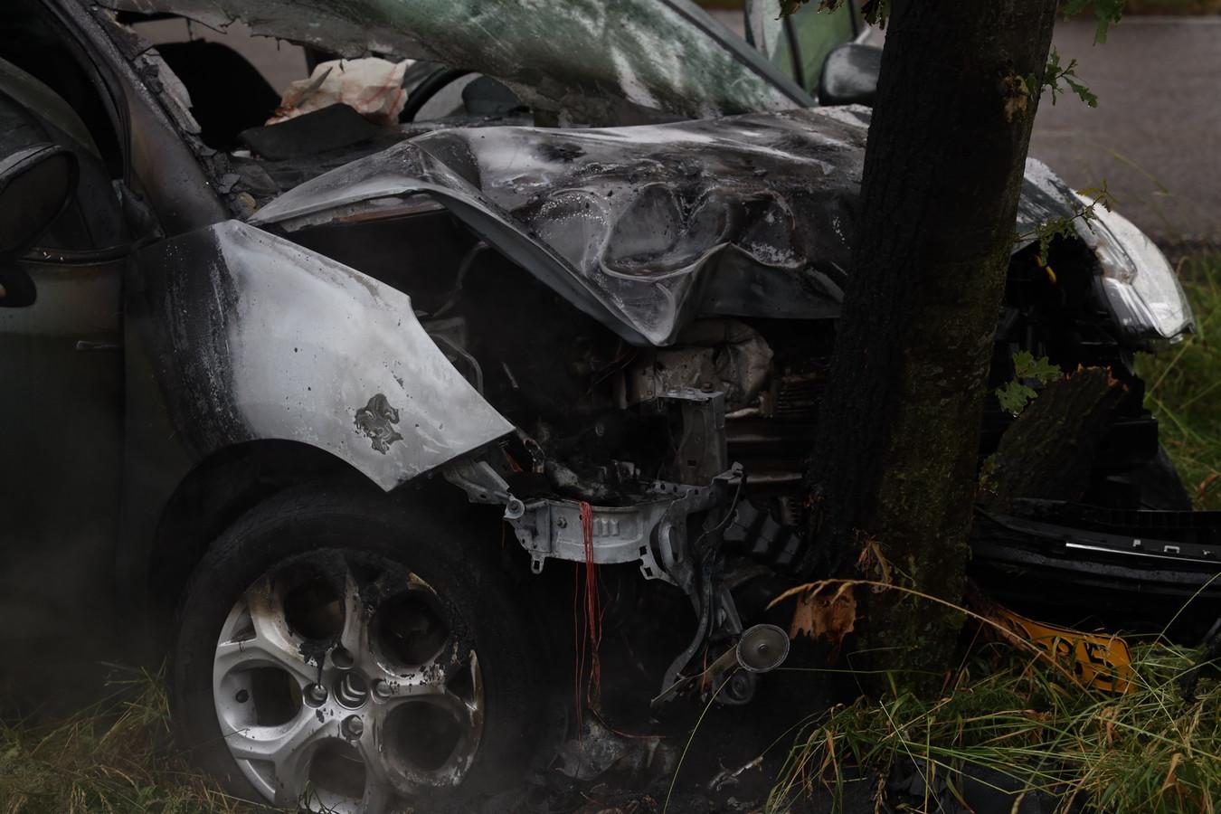 Auto vliegt in brand na ongeval in buitengebied bij Schaijk.