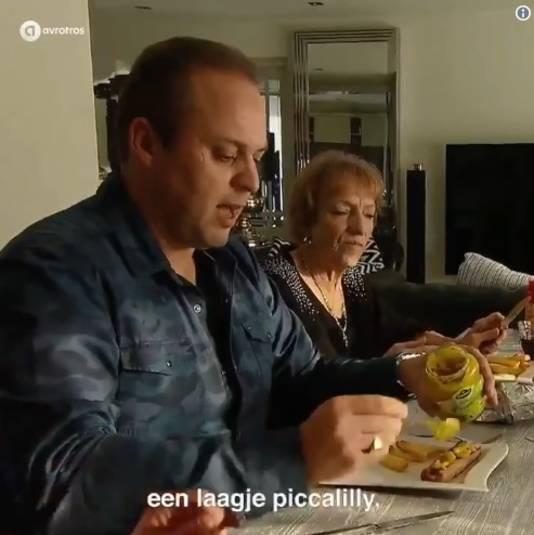 Dé Bauer-special? Da's een frikandel speciaal extra, dus met een kloddertje satésaus en een streepje piccalilly.