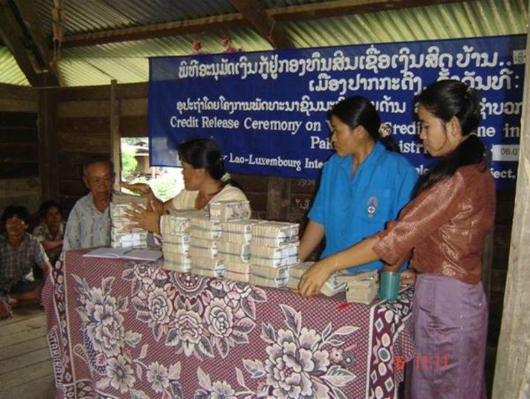 Uitgifte van een lening van het equivalent van 100 dollar in het Laotiaanse Kip. Beeld Diederik Koning