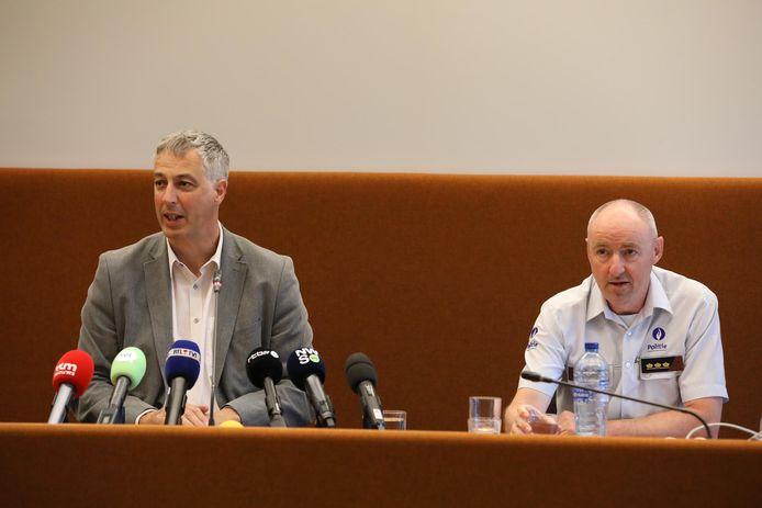 Procureur Guido Vermeiren (links) gaf uitleg bij de feiten, ook Kris Vandepaer (49), gerechtelijk directeur van de federale politie, stond de pers te woord.