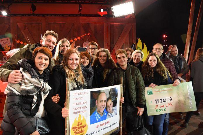 Anneleen Vermeulen trok gisteren samen met broers Filip en Gino, zus Michaëlle en neefje Enriko naar Wachtebeke om een cheque van 11.261,43 euro te overhandigen.