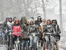 Leerlingen Thijcollege Oldenzaal door de sneeuw: 'Thuis eerst warme chocomelk'