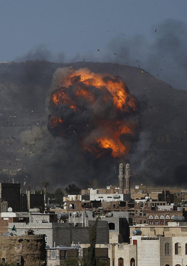 Ruim twaalf uur voor het bestand in Jemen moet ingaan, heeft de coalitie luchtaanvallen uitgevoerd op de hoofdstad Sanaa. Beeld reuters