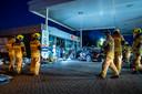Getuigen zagen hoe de wagen vol op de winkel van het tankstation inreed.