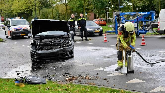 Ongeluk met twee auto's in Breda, brandweer moet wegdek reinigen