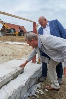 Wethouder Ben Brands metselt eerste stenen dorpshuis Zeeland