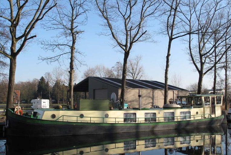 Martine van Lier aan boord van haar schip ss Neeltje in het Haringvliet bij de Oudehaven van Rotterdam. Beeld Raymond Rutting / de Volkskrant