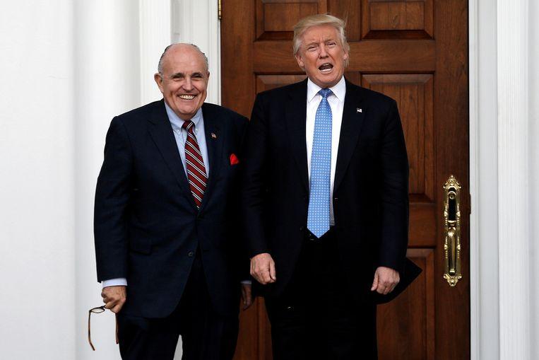 De Amerikaanse president Trump en zijn advocaat Rudy Giuliani op archiefbeeld. Beeld REUTERS