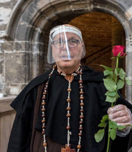 Torenwachter in Zierikzee ontvangt coronaproof: in monnikspij met spatmasker