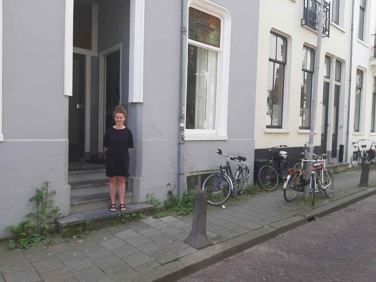 Myrthe Oomen voor het pand in het Spijkerkwartier in Arnhem waar ze nu nog een kamer bewoont.