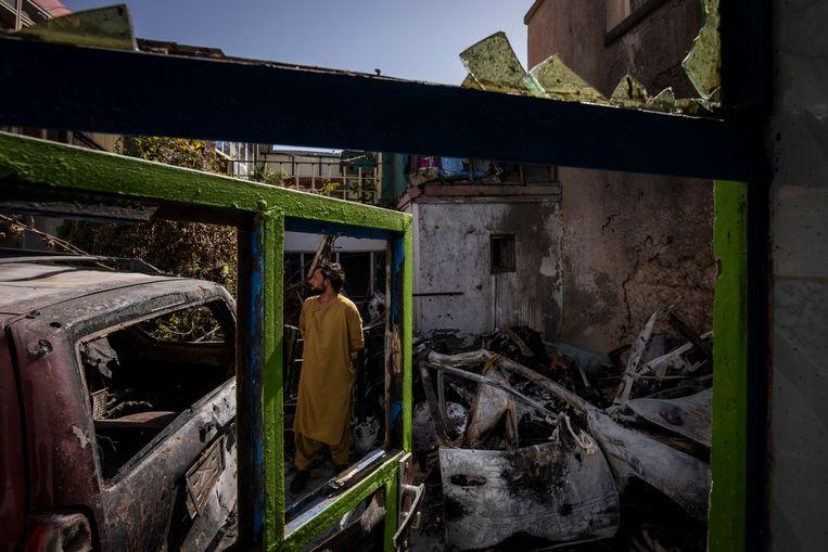 Een Afghaan loopt rond in het verwoeste huis van Zemari Ahmadi (43), de medewerker van een Amerikaanse hulporganisatie die zou zijn omgekomen bij de drone-aanval. Beeld AP
