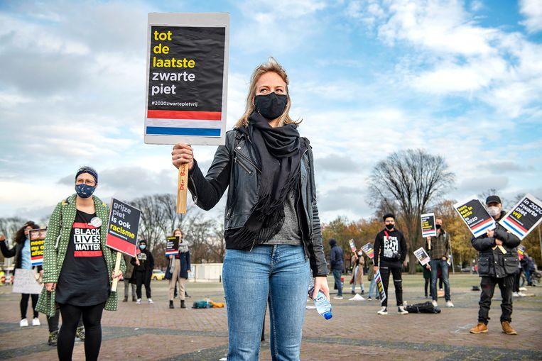 Demonstranten tegen Zwarte Piet in Breda.  Beeld Guus Dubbelman / de Volkskrant