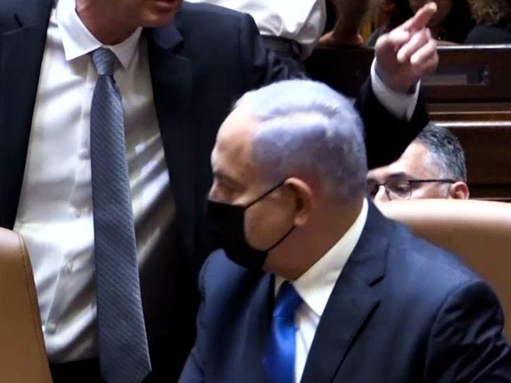Autch: Netanyahu vergist zich en gaat op stoel van premier zitten