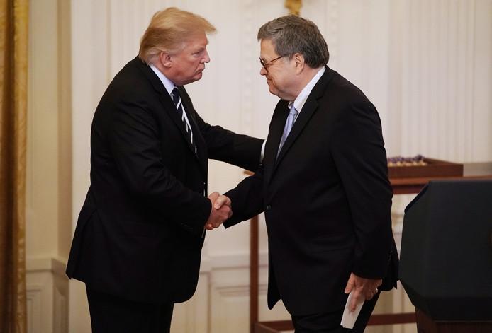 De Amerikaanse minister van Justitie William Barr (rechts) met president Donald Trump.