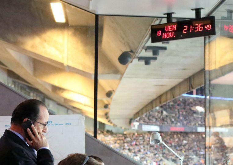 Francois Hollande in het Stade de France tijdens Frankrijk - Duitsland vlak na de explosies. Beeld ap